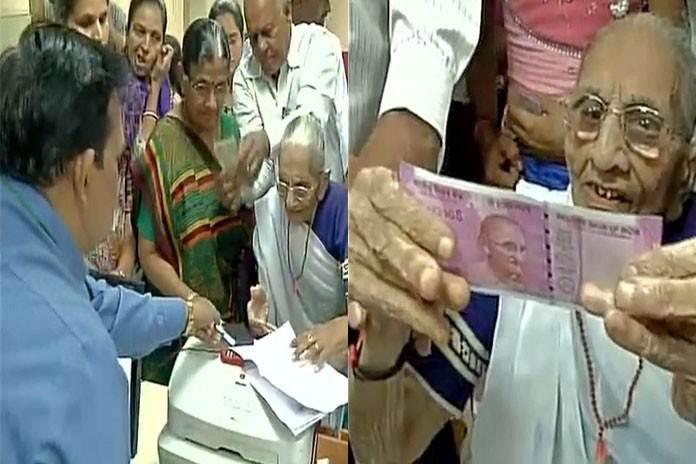 नोटबंदी पर समर्थन में PM मोदी की मां हीराबेन