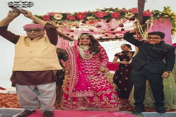 शादी के लिए फूलों की चादर के नीचे परिवार के साथ जातीं दीपिका