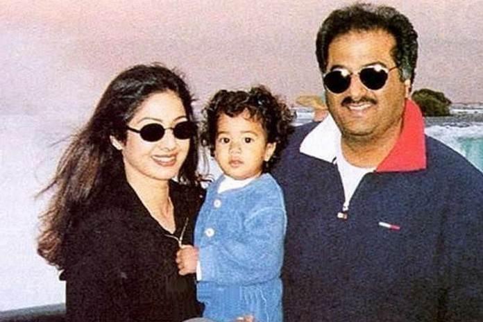 श्रीदेवी और बोनी कपूर के साथ जाह्नवी कपूर।