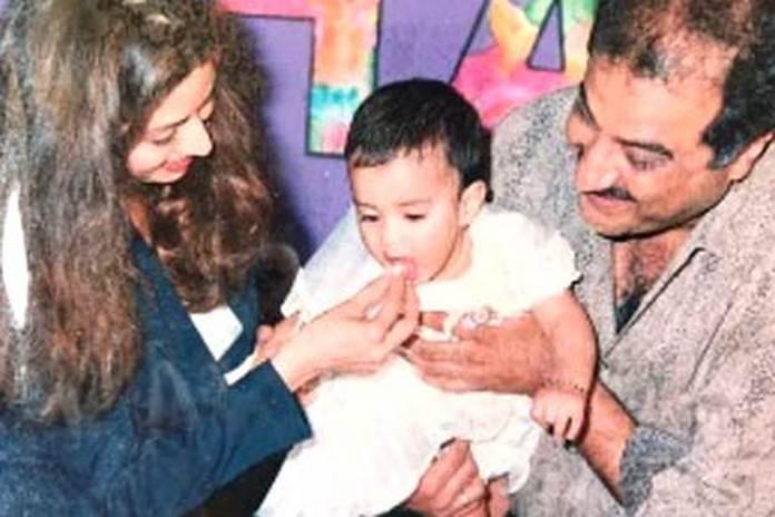 जाह्नवी के पहले जन्मदिन पर केक खिलाती मां श्रीदेवी व पापा बोनी कपूर