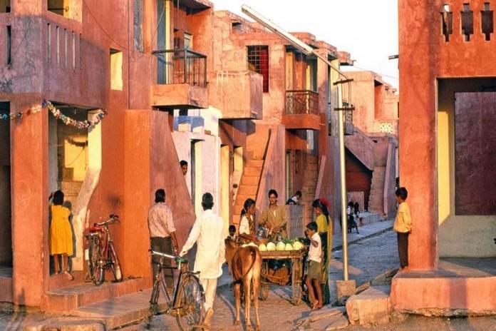 अरण्य लो कॉस्ट हाउसिंग, अरण्य लो कॉस्ट हाउसिंग कम पैसों में बनाए गए घर हैं जिनमें 80,000 से ज्यादा लोग रहते हैं।