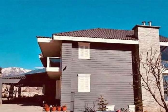 हिमाचल प्रदेश के मनाली शहर में पहाड़ों के बीच उन्होंने अपना ये सुंदर सा घर बनाया है।